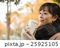 ホットコーヒーを持つ女性 25925105