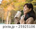 ホットコーヒーを持つ女性 25925106