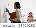 英語塾の教師と女子生徒 25929253