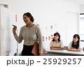 英語塾の教師と女子生徒 25929257