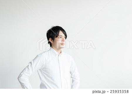 自信に満ちた表情の男性 25935358