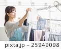 洗濯物を干す女性 25949098