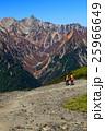 蝶ヶ岳から見る槍ヶ岳と登山者 25966649