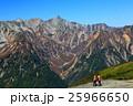 蝶ヶ岳から見る槍ヶ岳と登山者 25966650