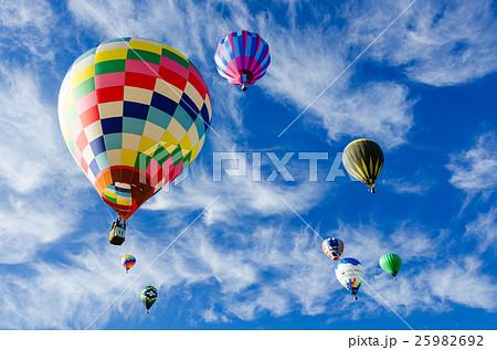 青空と熱気球 25982692