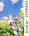 ひまわり畑で遊ぶ4人家族 25990654