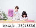 若い女性の家庭教師と小学生の女の子(電卓) 26013536