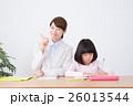 若い女性の家庭教師と小学生の女の子 26013544