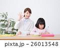 若い女性の家庭教師と小学生の女の子 26013548