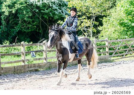 乗馬の練習をする少女 26026569