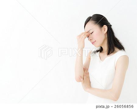 目が疲れる・若い女性 26056856
