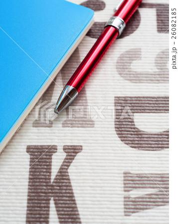 赤いボールペンと青いノート 26082185