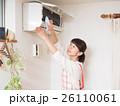 エアコンを掃除する若い女性 26110061