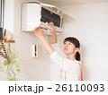 エアコンを掃除する若い女性 26110093