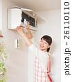 エアコンを掃除する若い女性 26110110