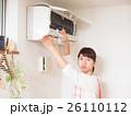 エアコンを掃除する若い女性 26110112