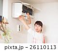 エアコンを掃除する若い女性 26110113