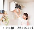 エアコンを掃除する若い女性 26110114