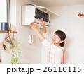 エアコンを掃除する若い女性 26110115