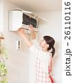 エアコンを掃除する若い女性 26110116