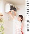 エアコンを掃除する若い女性 26110117