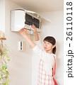 エアコンを掃除する若い女性 26110118