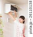 エアコンを掃除する若い女性 26110138