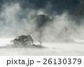 朝もやに包まれる秋元湖の島影 26130379