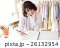 デザインを考えるファッションデザイナー 26132954