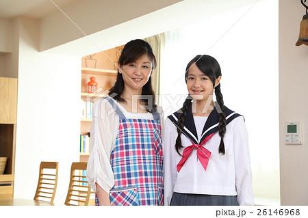 中学生の娘と母親 26146968