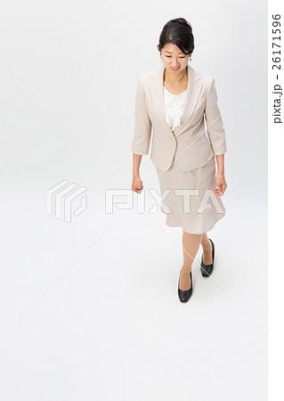 上から見たスーツ姿の女性 26171596