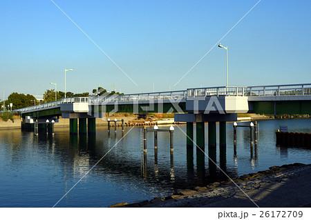 平和島運河に架かる大森東避難橋 26172709