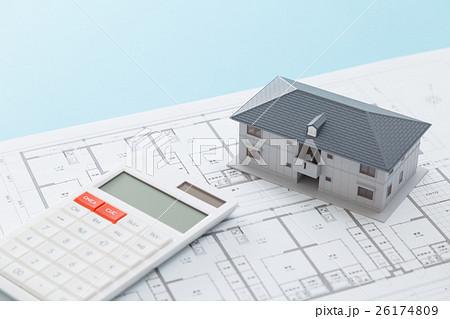 住宅図面と家と電卓 26174809
