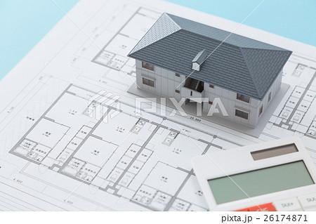 住宅図面と家と電卓 26174871