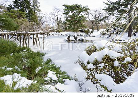 風情のある秋田の雪景色千秋公園胡月池こげついけ日本庭園 26191008