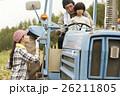 家族 娘 トラクターの写真 26211805