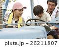 家族 娘 トラクターの写真 26211807