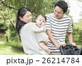 赤ちゃん 散歩 両親の写真 26214784