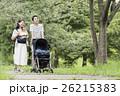 赤ちゃん 散歩 両親の写真 26215383