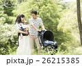公園で散歩する赤ちゃんと両親 26215385