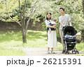 公園で散歩する赤ちゃんと両親 26215391