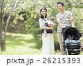 公園で散歩する赤ちゃんと両親 26215393