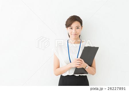 ビジネス 20代女性(白背景) 26227891