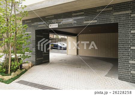 住宅 マンション エントランス イメージ 昼 植栽 大理石 高級 駐車場高さ2,100cm表示あり 26228258