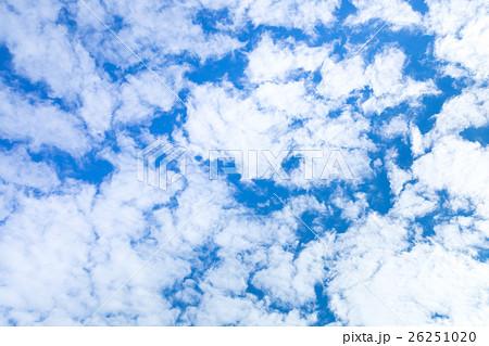 雲 高積雲 積雲 雲片 青い空 一般的な空と雲 白い雲 秋の空 背景用素材 クラウド 合成用背景 26251020