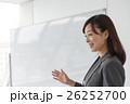 女性 ホワイトボード 講師の写真 26252700