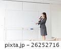 女性 ホワイトボード 講師の写真 26252716