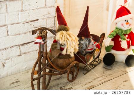 Gnomes biking and sledding snowmanの写真素材 [26257788] - PIXTA