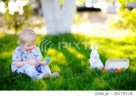 Little boy hunting for easter egg in spring garden on Easter dayの写真素材 [26276518] - PIXTA