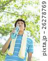 飲み物の入ったボトルを持つ日本人男性 26278769